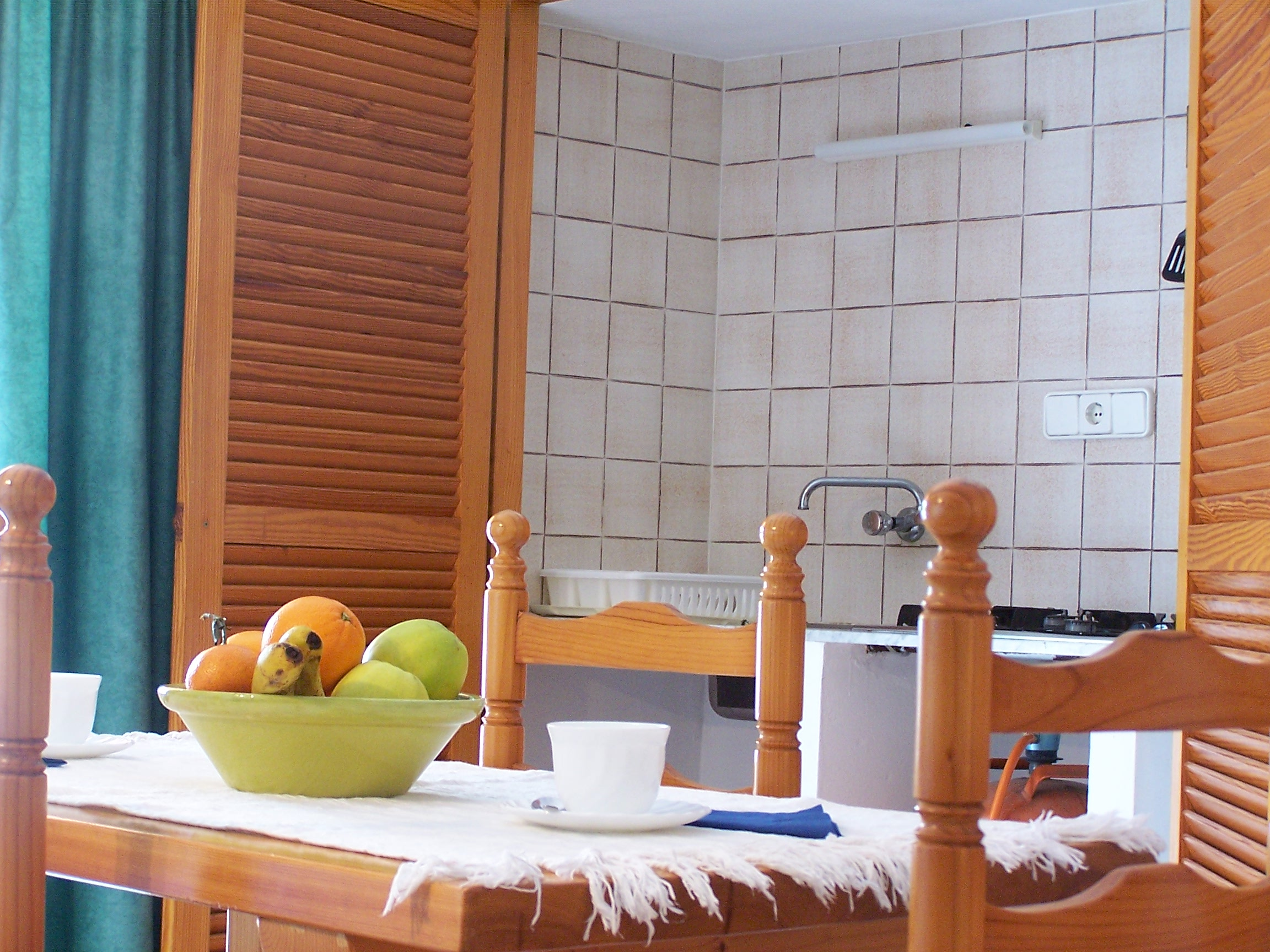 Cocina y salón comedor. Alojamientos turísticos Cardona. Apartamento vacacional en Formentera