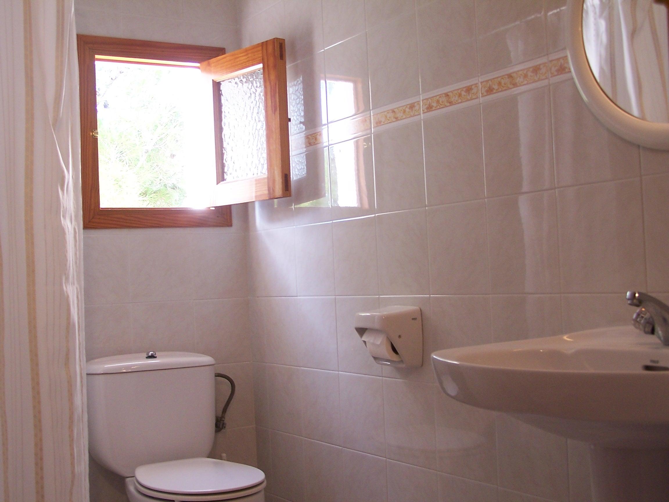 Baño en apartamento vacacional en Formentera. Alojamientos turísticos Cardona. Es Pujols.