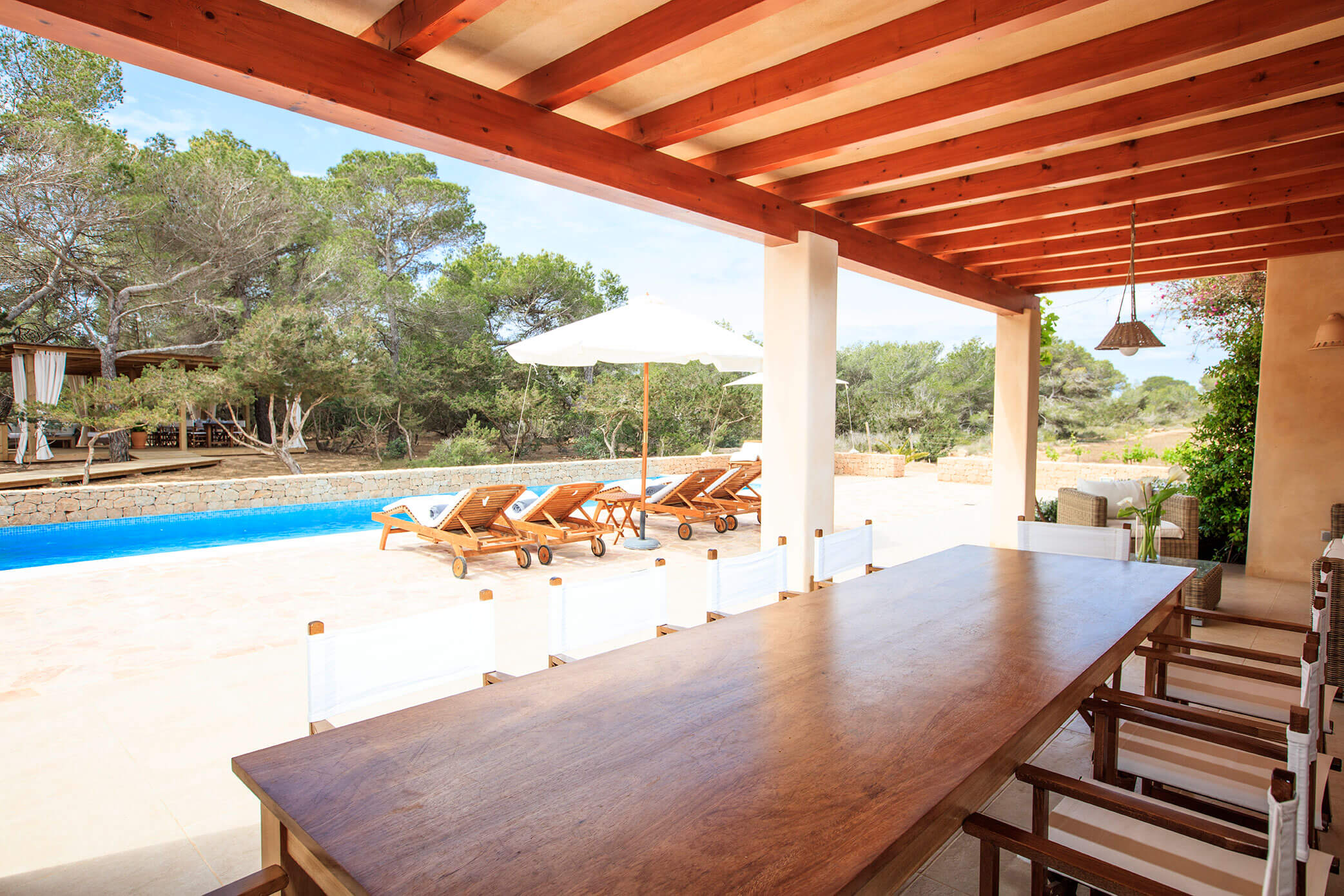 Entorno tranquilo villa Can Cardona con jardín y piscina. Alojamientos turísticos Cardona