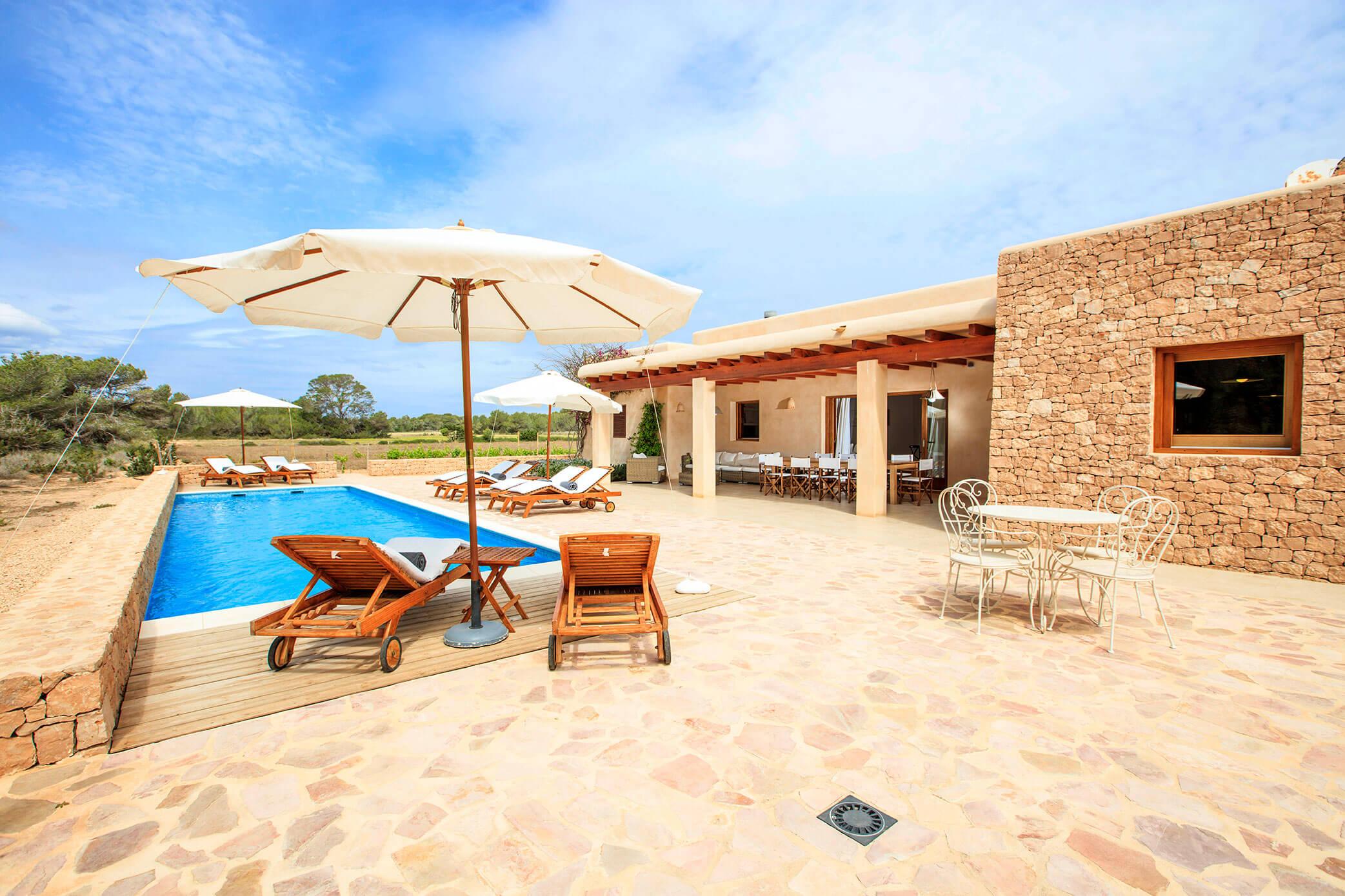 Casa rural con jardín y piscina. Villa Can Cardona en Formentera. Alojamientos Cardona