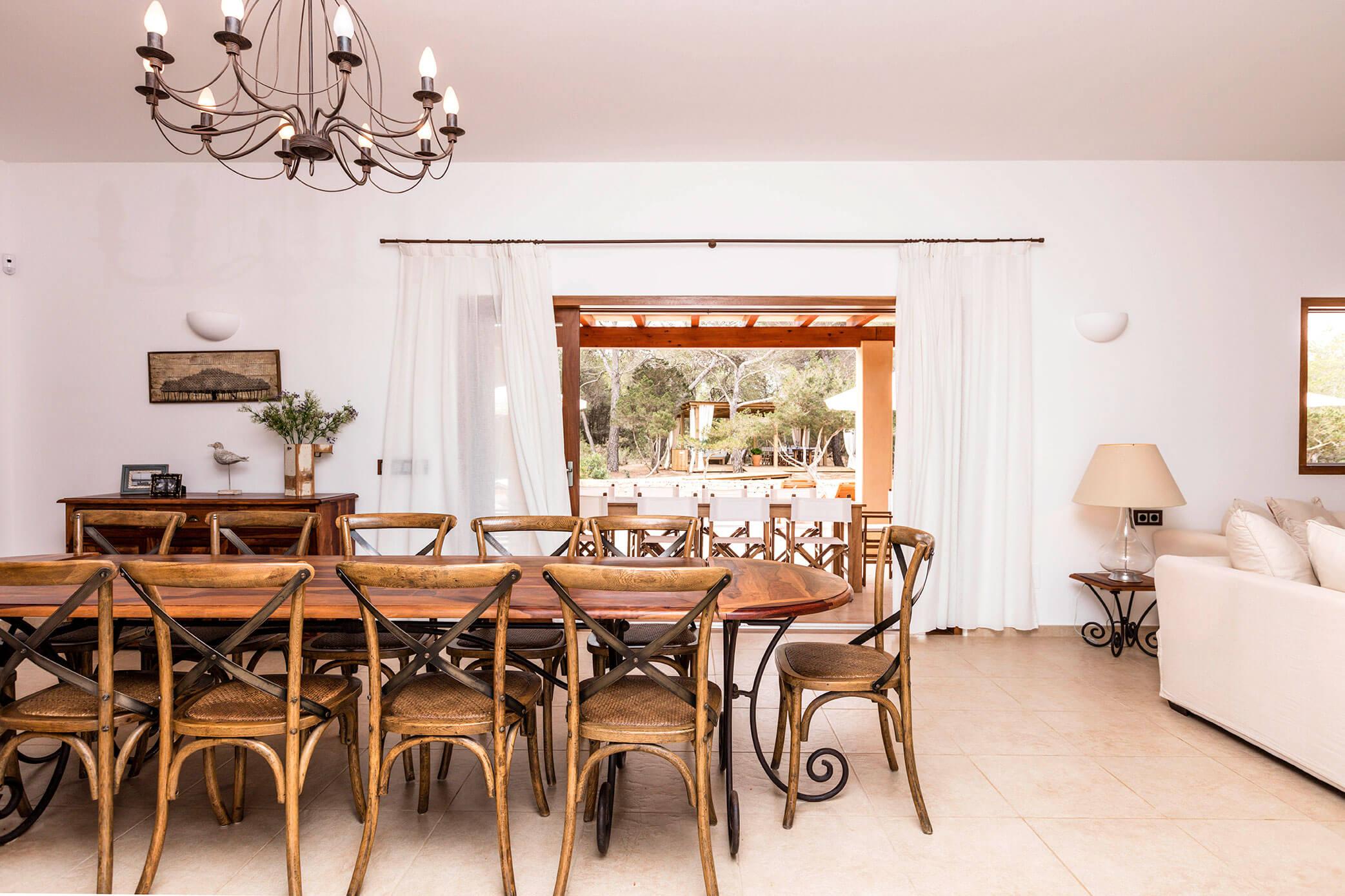 Salón comedor en villa en Formentera. Alojamientos turísticos Cardona en Formentera.