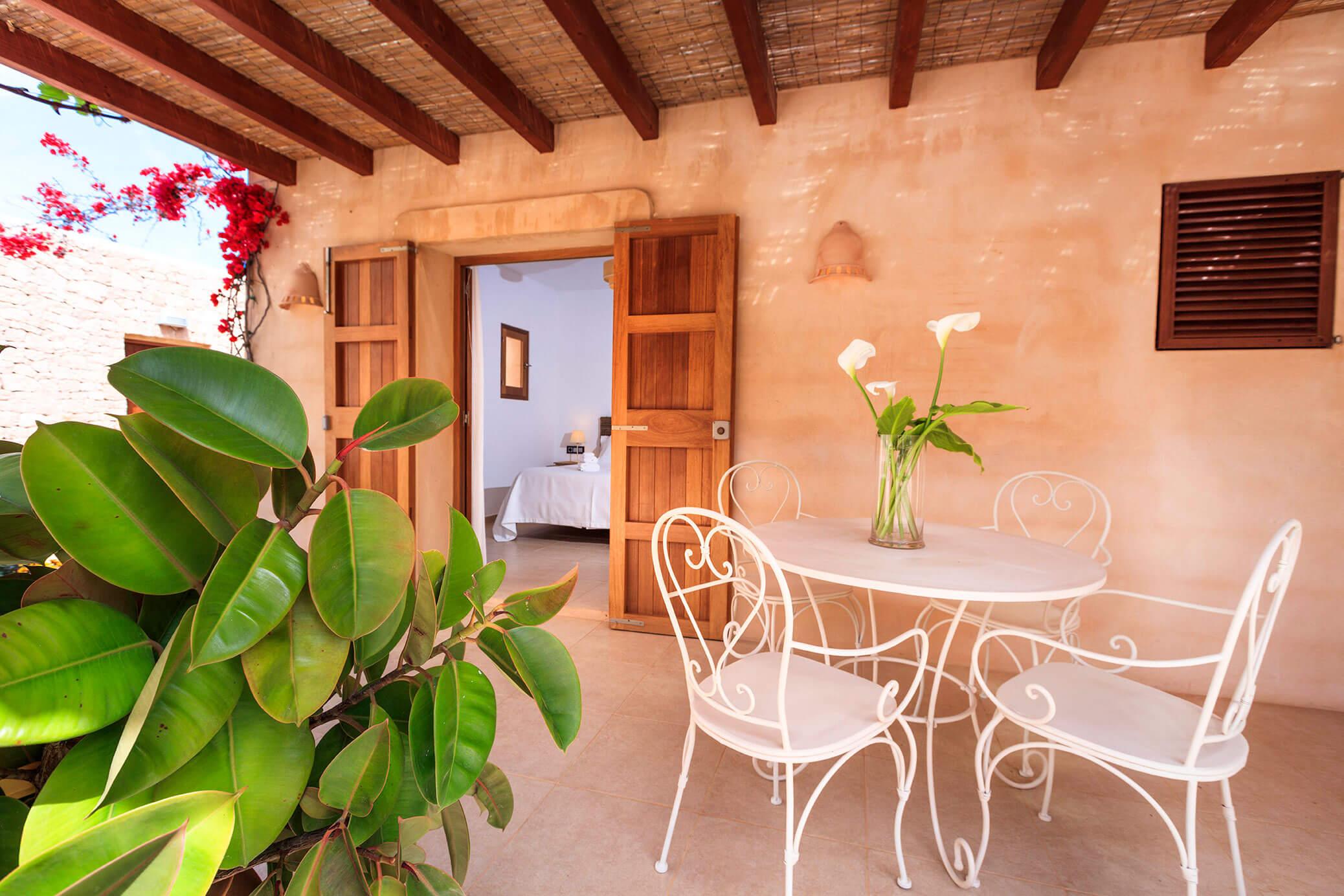 Villa Can Cardona en Formentera. Casa rural con jardín y piscina. Alojamientos turísticos Cardona.