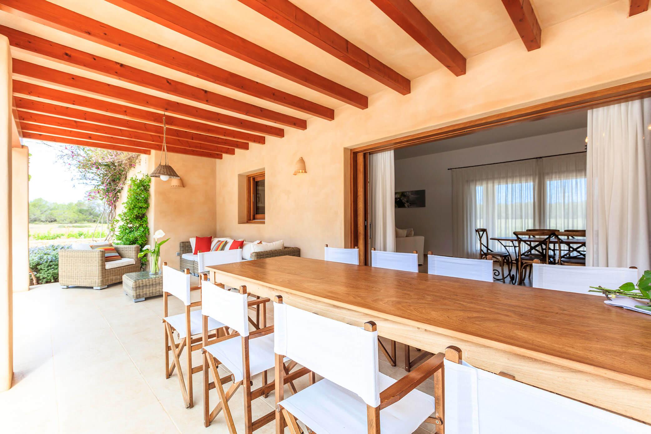Terraza villa Can Cardona en Formentera con jardín y piscina. Alojamientos turísticos Cardona