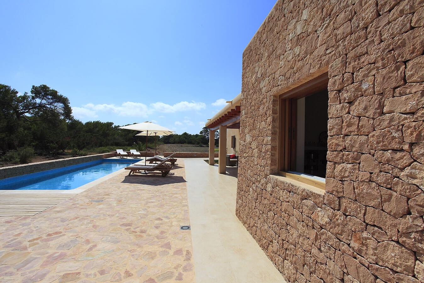 Alojamientos turísticos Cardona en Formentera. Villa Can Cardona con piscina y jardín.