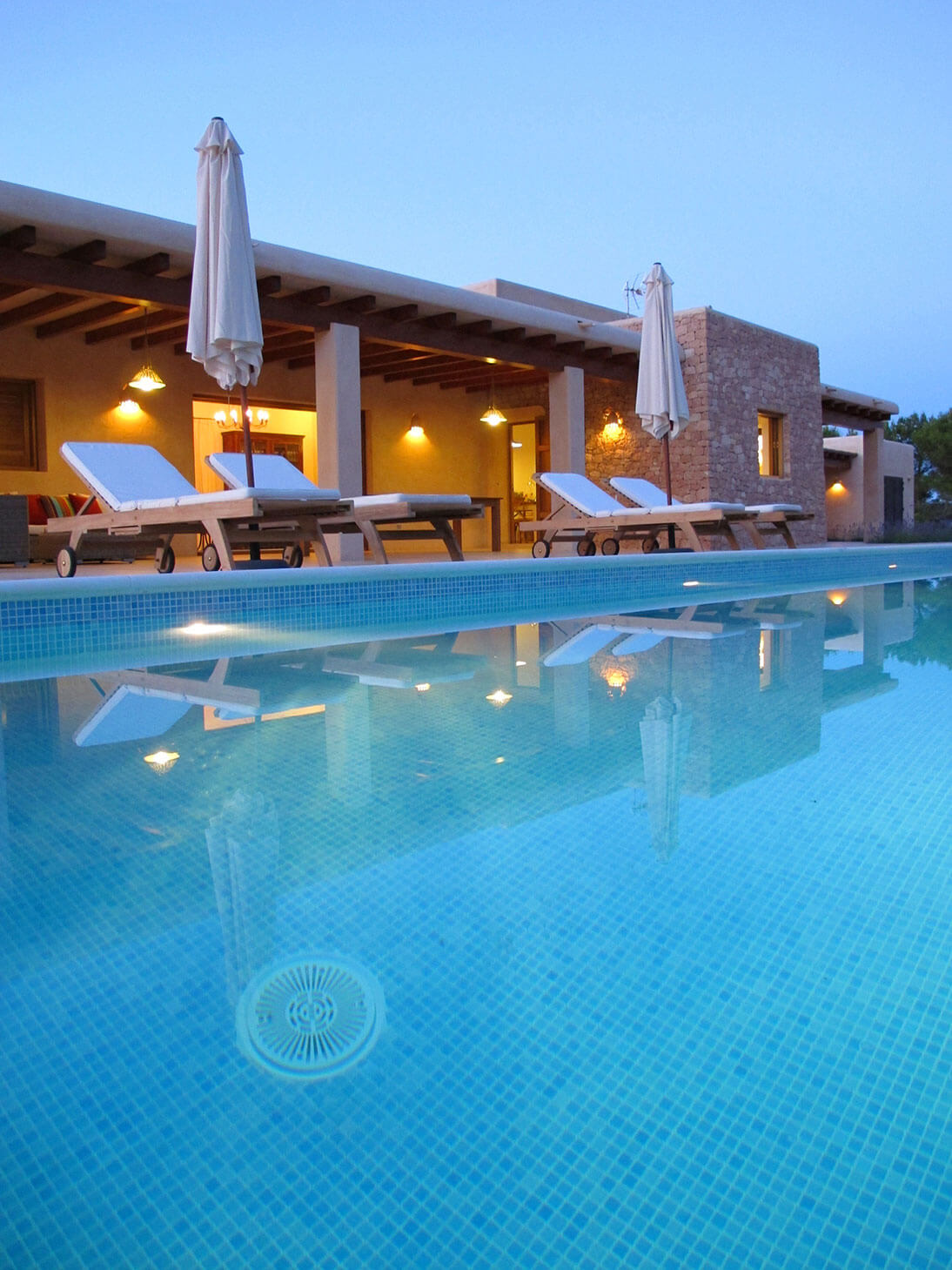 Piscina con tumbonas, villa Can Cardona en Formentera. Alojamientos turísticos Cardona