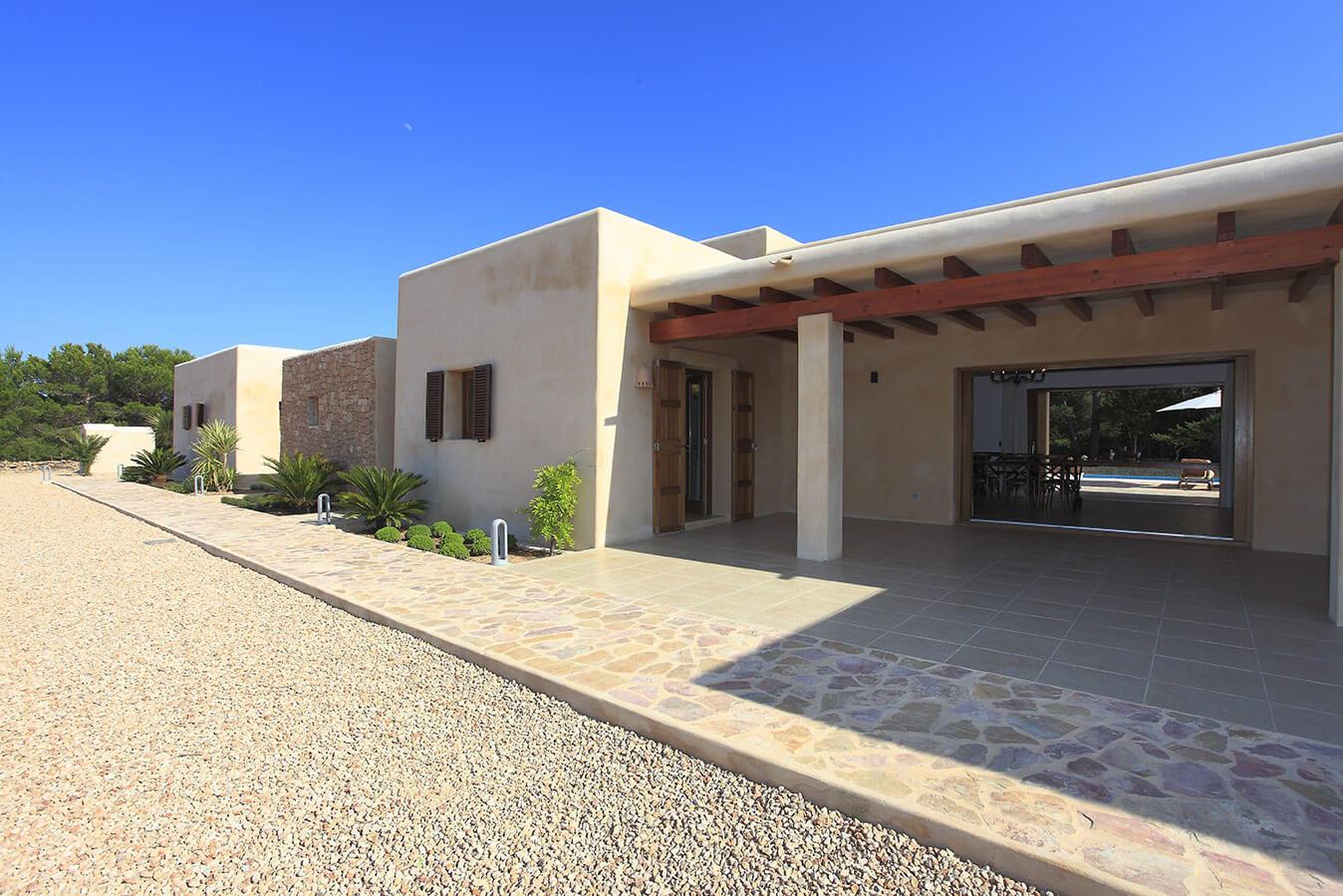 Entrada a villa Can Cardona en Formentera. Alojamientos turísticos Cardona