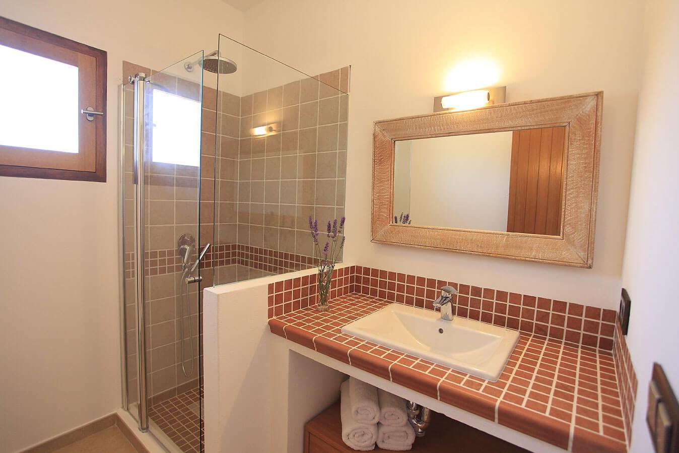 Baño privado en habitación. Villa Can Cardona. Alojamientos turísticos Cardona