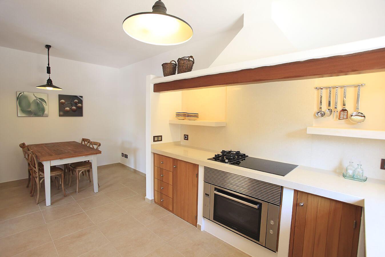 Cocina en Villa Cardona. Alojamientos turísticos Cardona en Formentera. Casa rural con jardín y piscina
