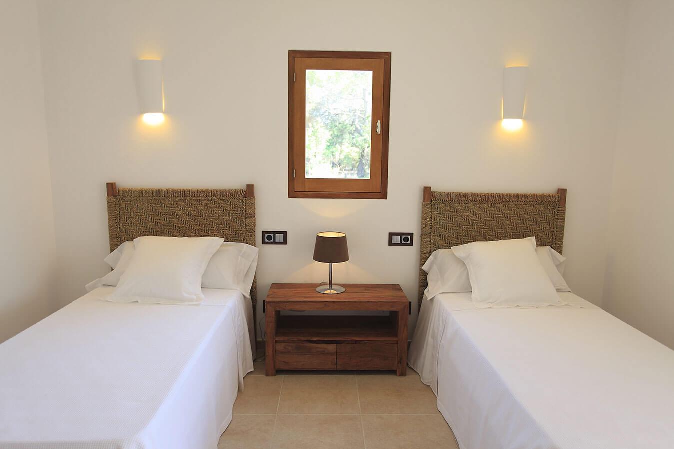 Habitación villa Can Cardona en Formentera. Casa rural lujosa con jardín y piscina.
