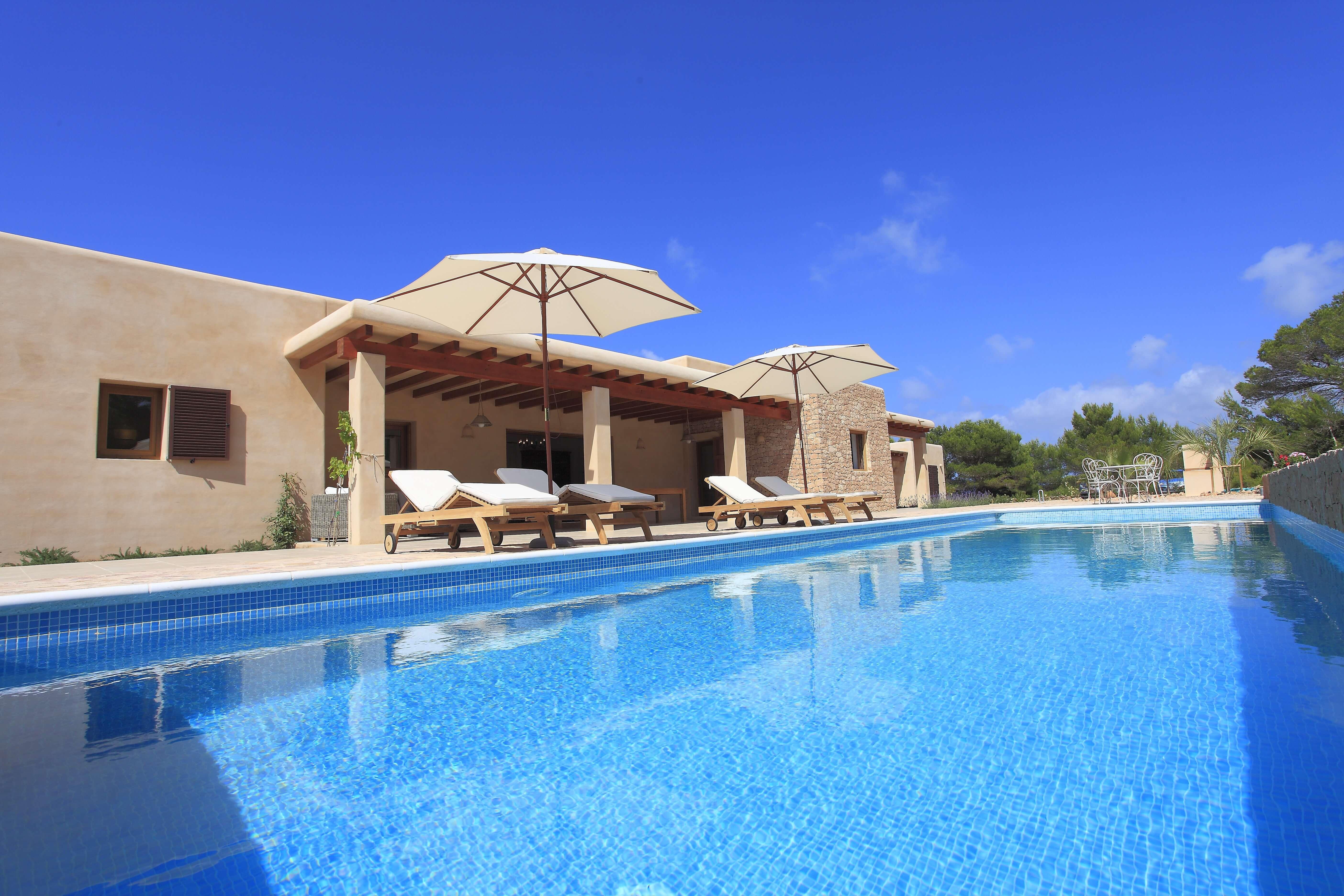 Casa rural con piscina y jardín. Alojamientos turísticos Cardona
