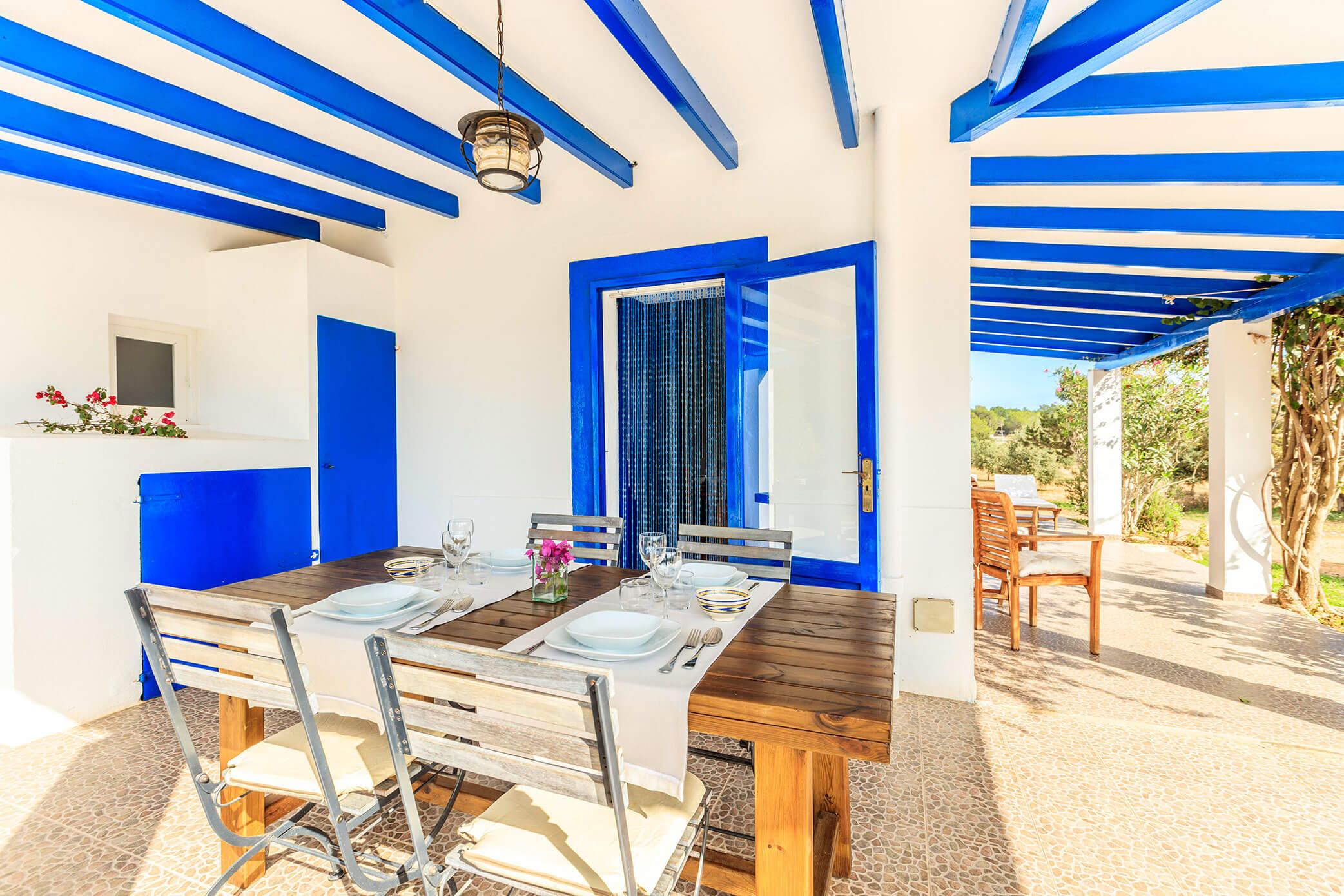 Casa rural Can Carlets. Amplia terraza y jardín con barbacoa. Alojamientos turísticos Cardona en Formentera.