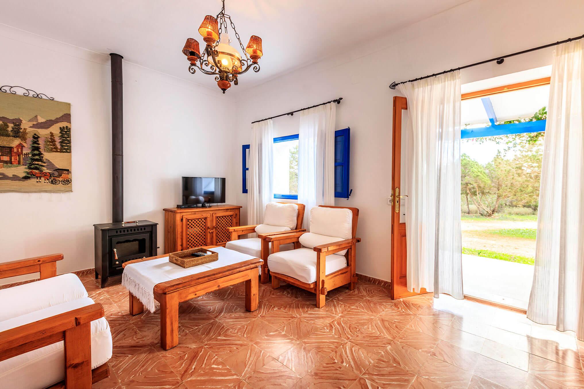 Salón con chimenea. Casa rural Can Carlets con jardín. Alojamientos turísticos Cardona en Formentera.