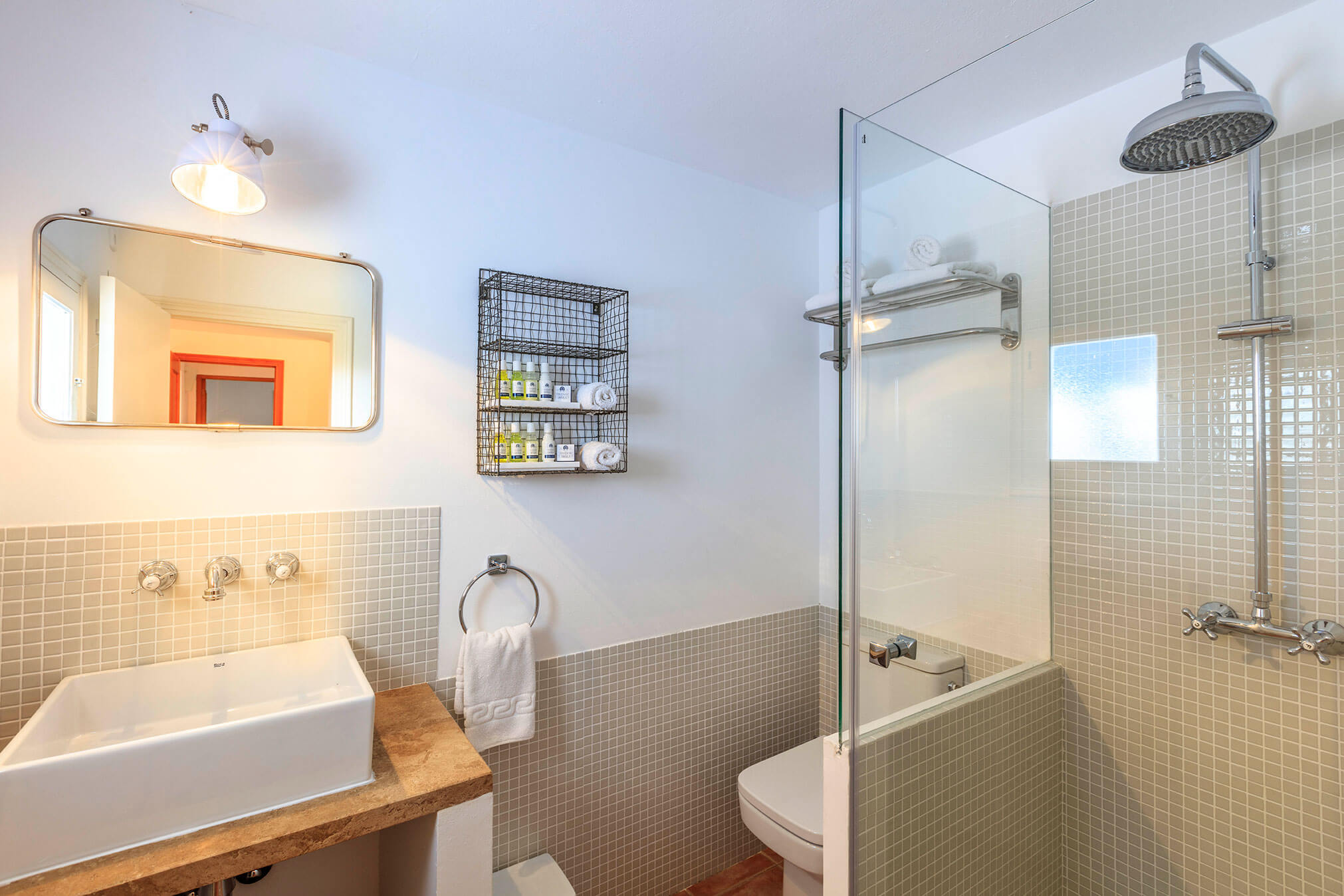 Baño en casa rural Carlets en Formentera. Alojamientos turísticos Cardona. San Francisco Javier, capital de la isla.