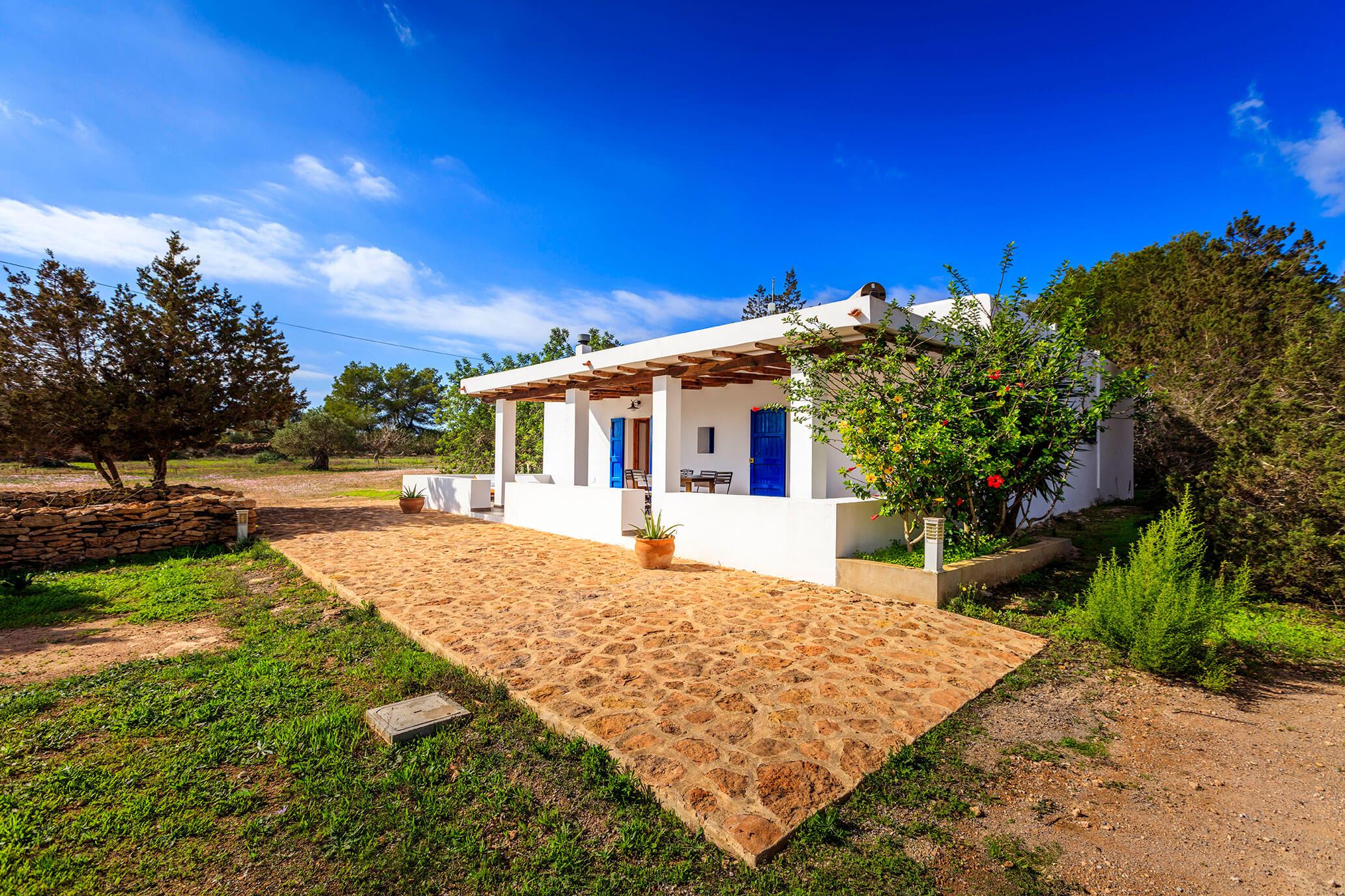 Casa rural en Formentera con un extenso jardín en un entorno tranquilo y rural. Alojamientos turísticos Cardona en Formentera