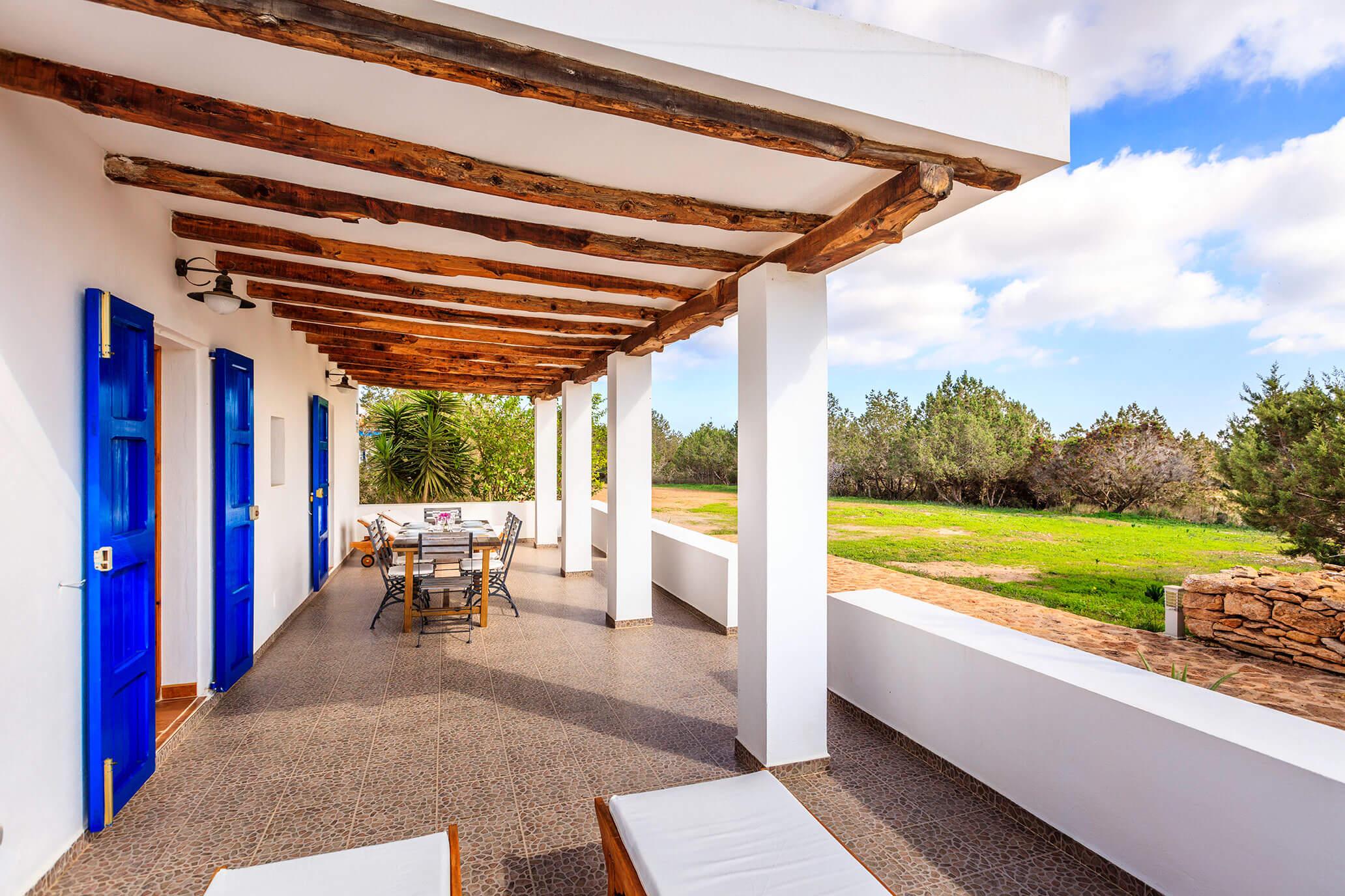Casa rural Can Carlets con terraza y jardín privado de olivos. Alojamientos turísticos Cardona en Formentera.