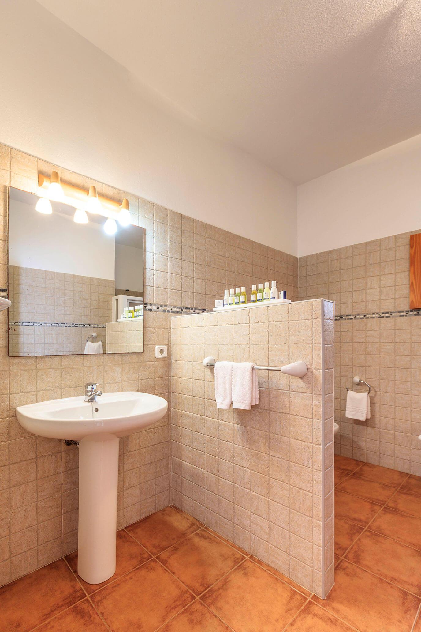 Baño en apartamento vacacional. Alojamientos turísticos Cardona