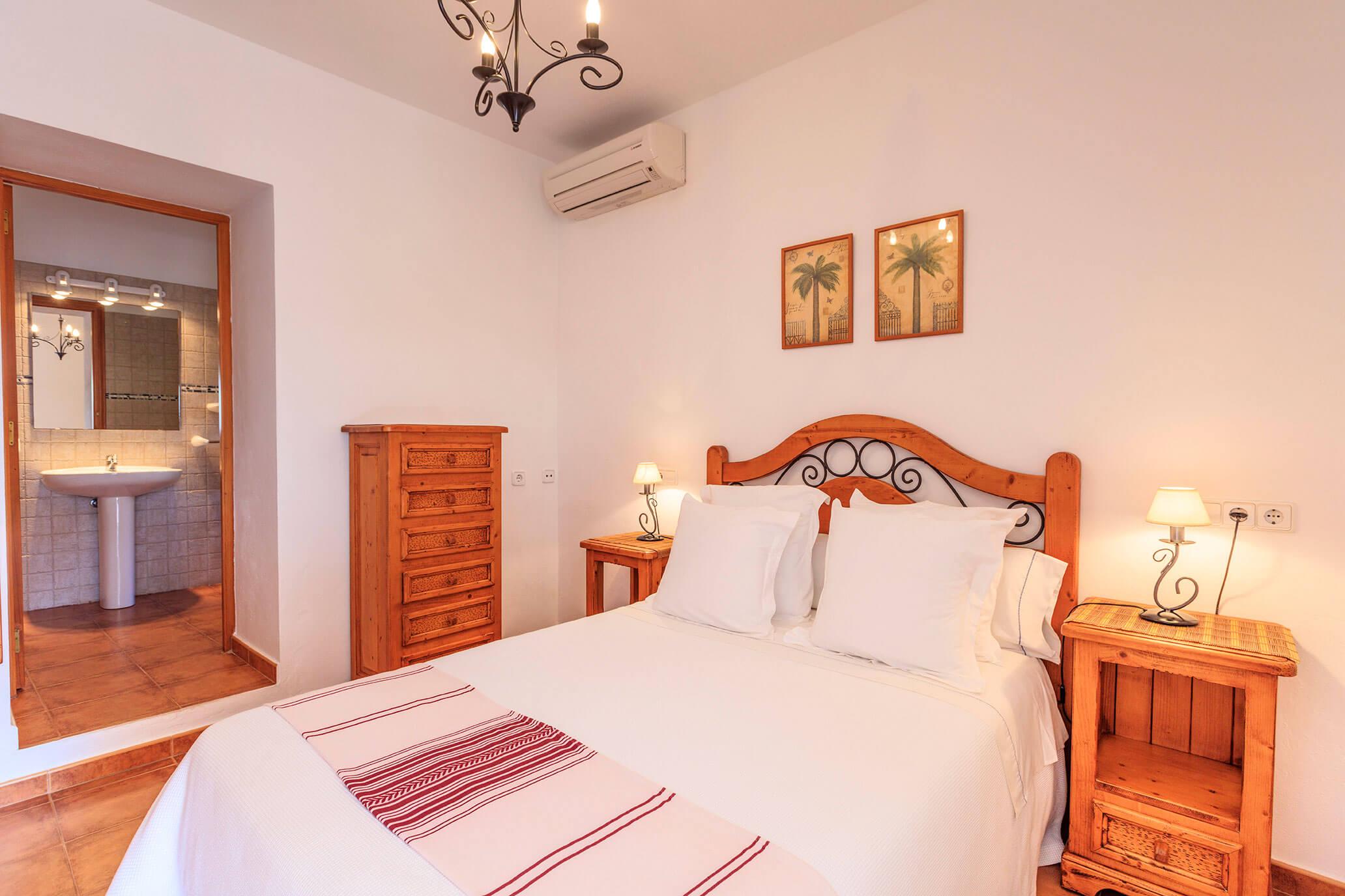 Habitación con cama de matrimonio y baño privado. Can Carlets II. Alojamientos turísticos Cardona