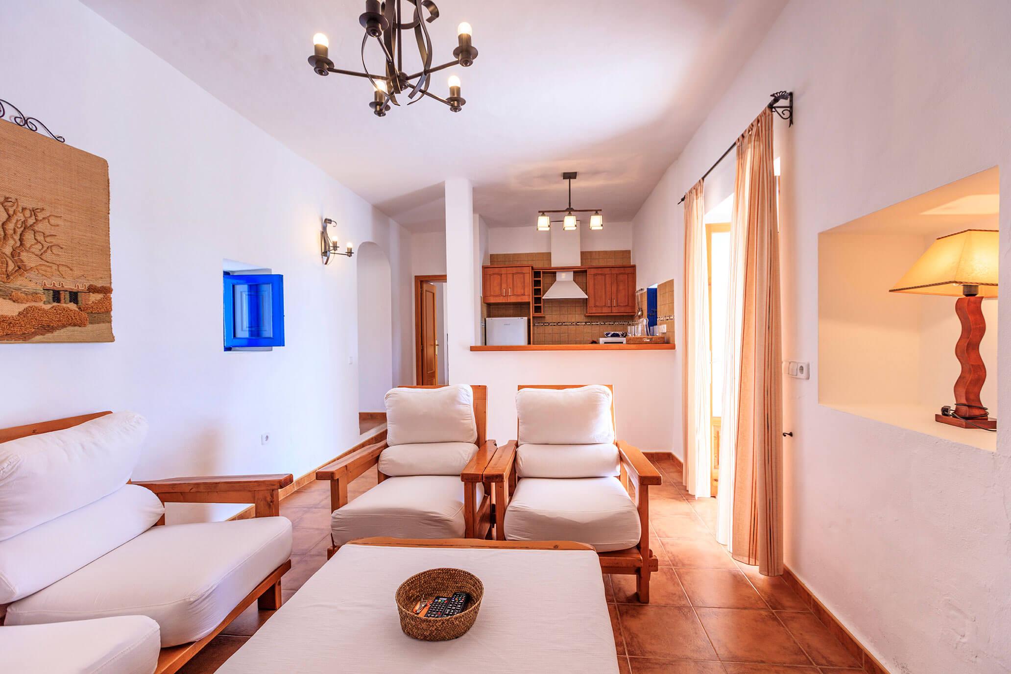 Comedor y cocina casa rural Can Carlets. Alojamientos turísticos Cardona en Formentera.