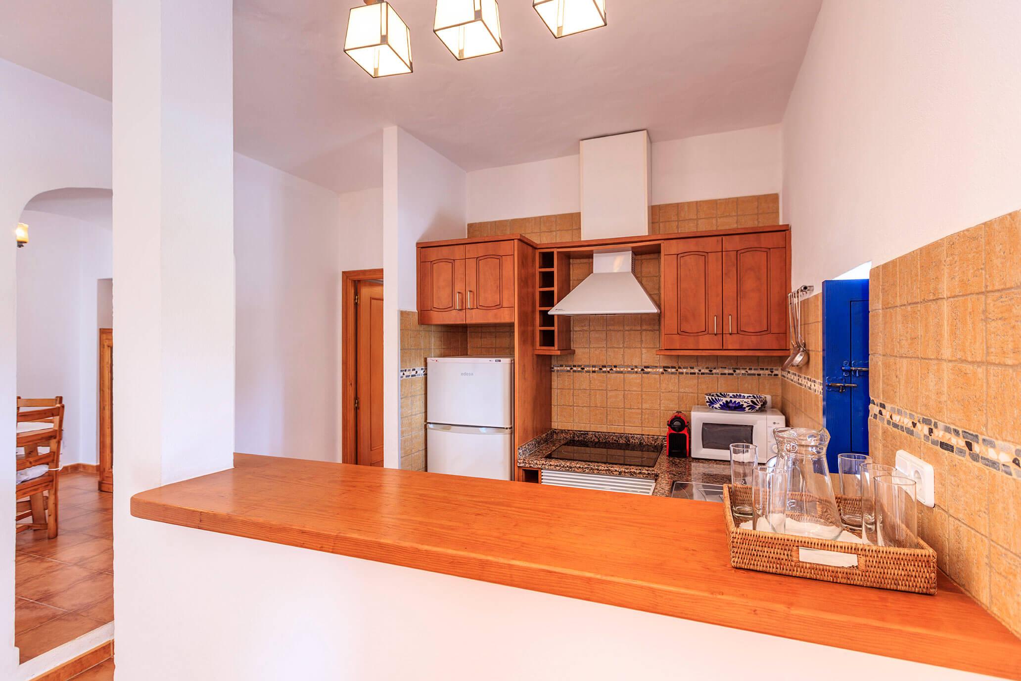Cocina con barra americana de casa rural en Formentera. Alojamientos turísticos Cardona.
