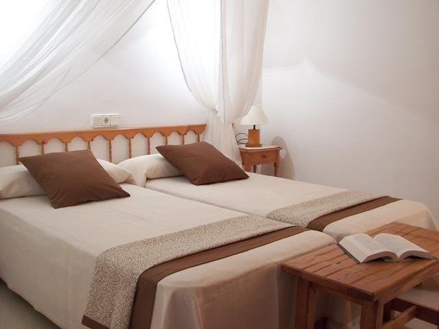 Habitación doble de apartamento vacacional en Formentera. En el Parque Natural de Las Salinas.